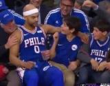 Гравець «Філадельфії» під час матчу посидів на колінах у підлітка